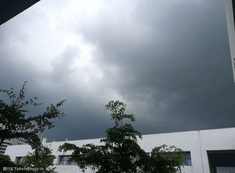 大雨来临前的校园图片