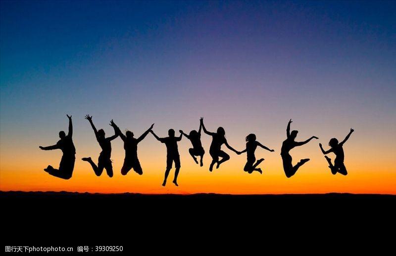 人物高清图片夕阳下跳跃的人们图片