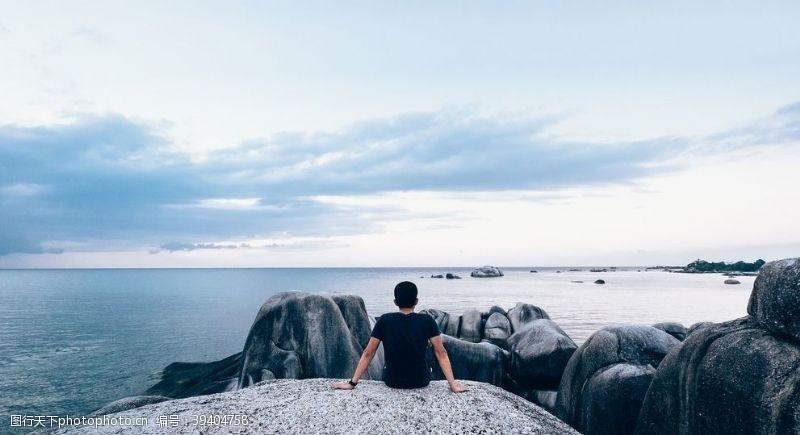 男性男人坐海边的人图片
