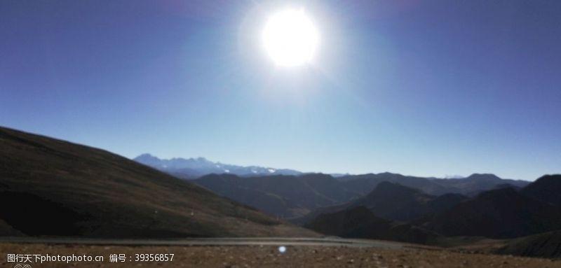 山坡高原大山日出风光图片