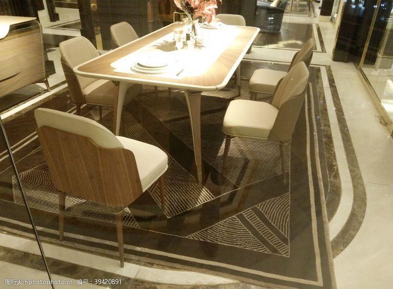 欧式花纹餐桌图片
