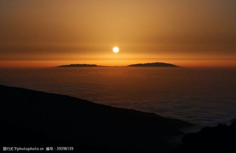 山脉日出图片