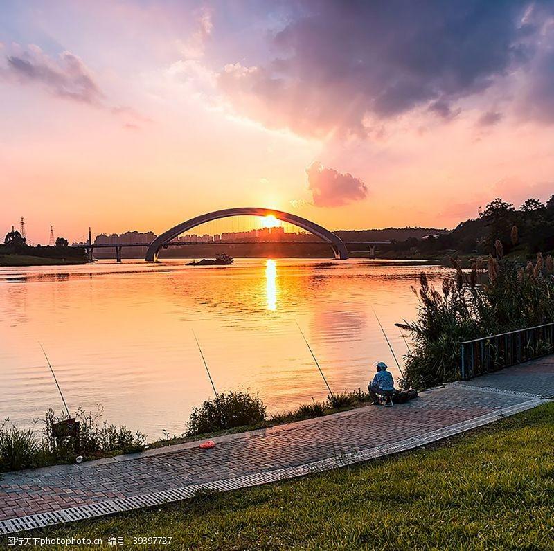 日落夕阳下江边垂钓人图片