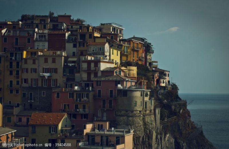悬崖渔村图片