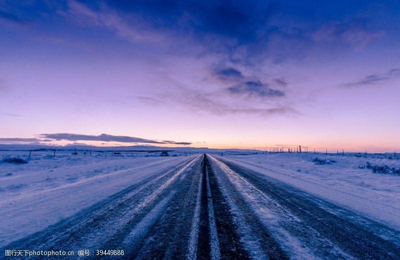 天空雪与公路图片