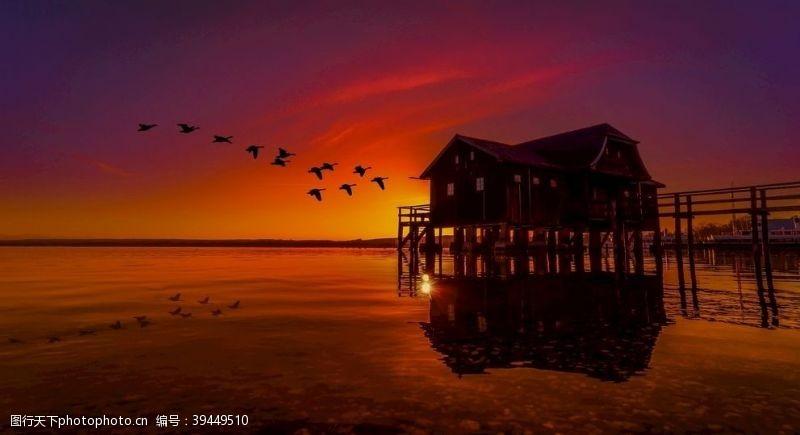 夕阳下水上屋子图片