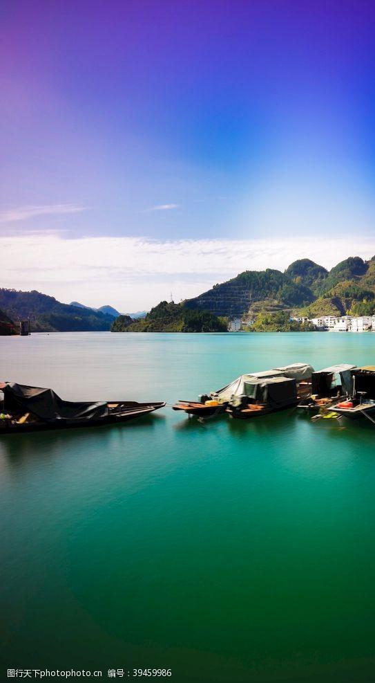 停靠在静止湖面上的船只图片