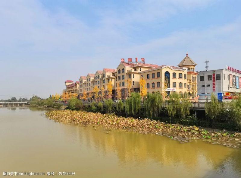 河畔的城市高楼风景图片