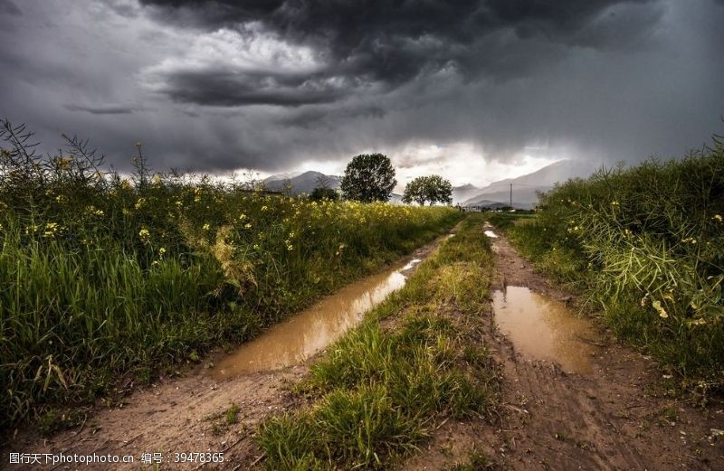 大雨乌云密布图片