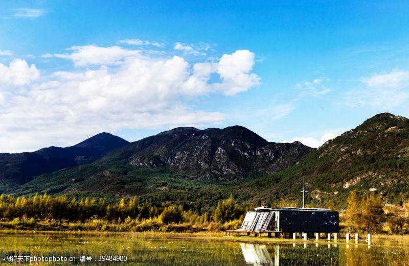 自然风光旅行风光蓝天白云山脉湿草地大气图片