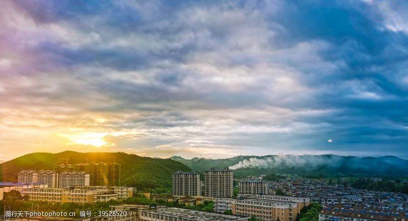 大雨之后的城市落日图片