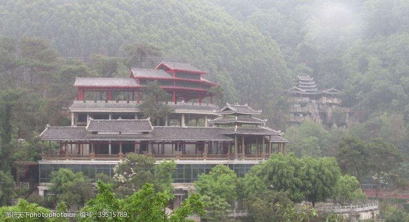雨中的古建筑图片