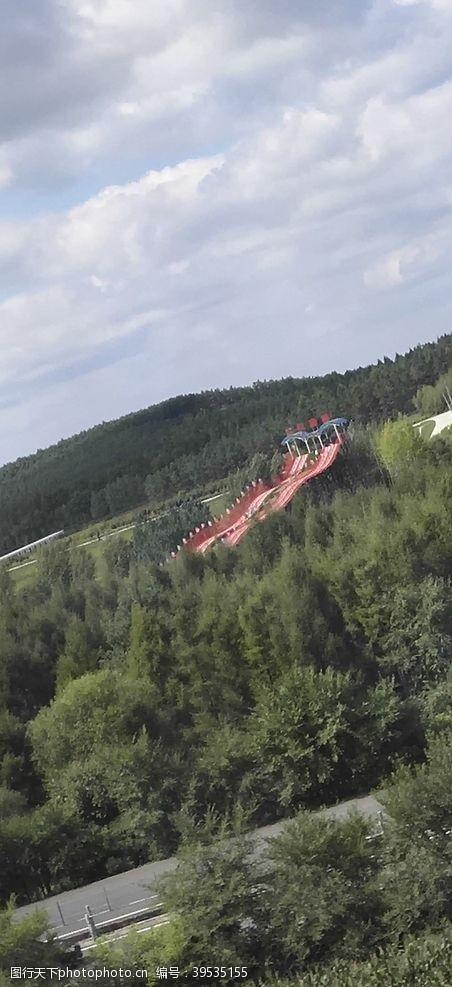滑梯远处的游乐园图片