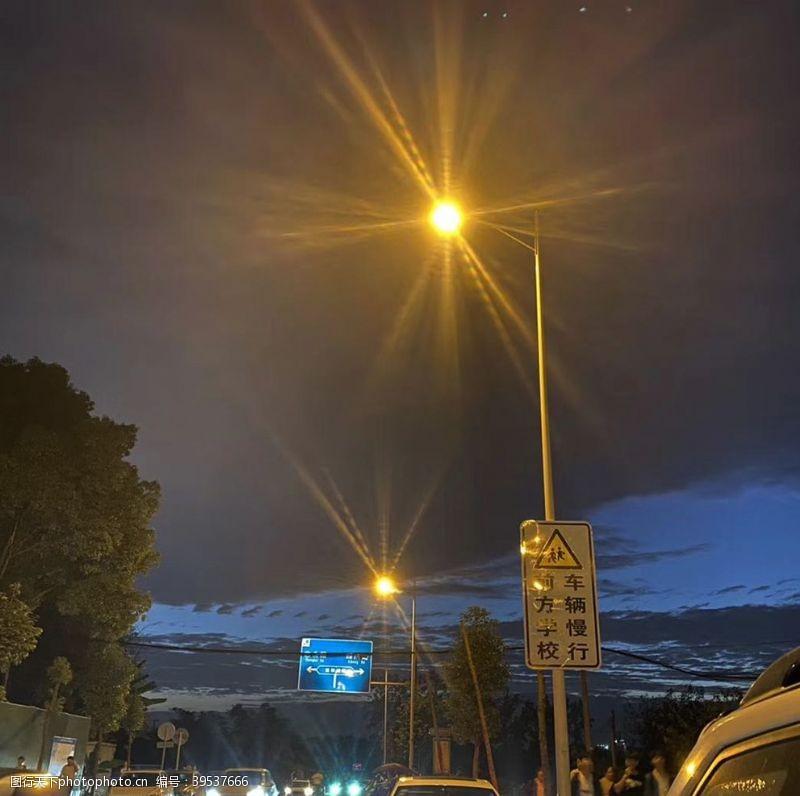 夜晚的天空路灯图片