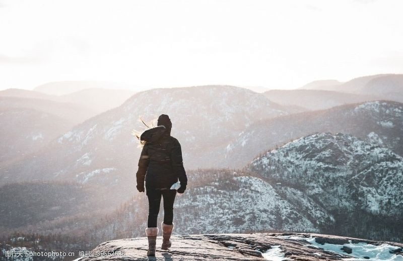 自然探险山顶的女性图片