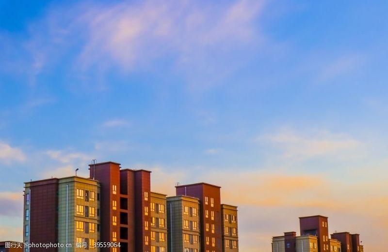 日食高楼晚霞城市图片