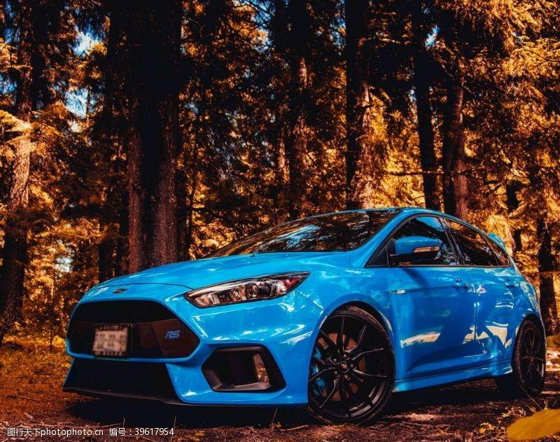 静止蓝色两厢车图片