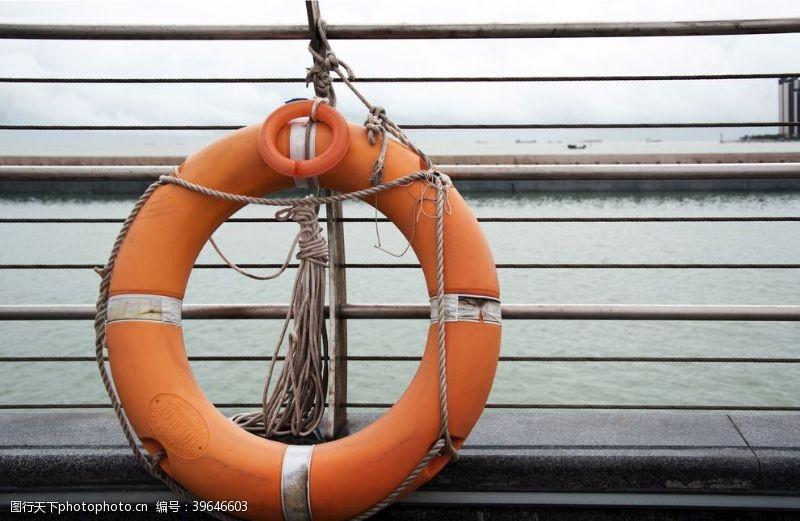 水上运动橙色救生圈图片