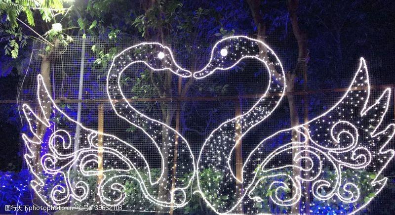 灯会公园一角白天鹅灯光拍摄图片