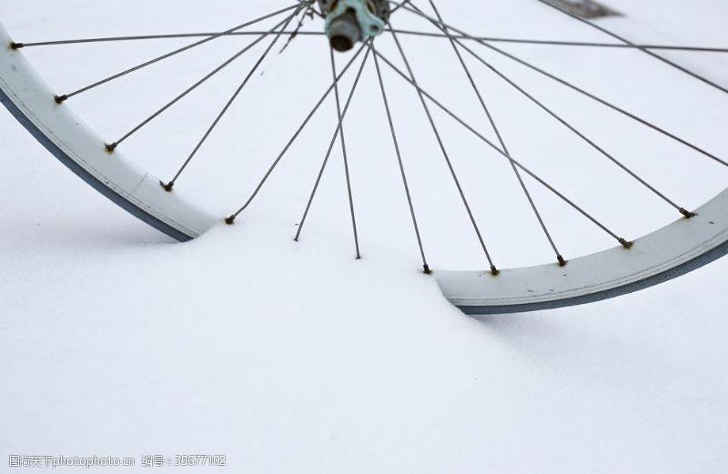 骑自行车雪地里的自行车轮图片