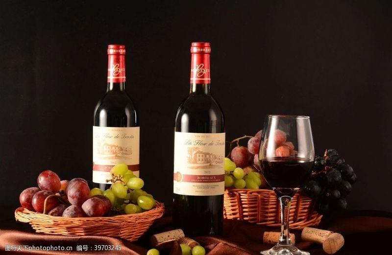 高脚杯红酒葡萄图片