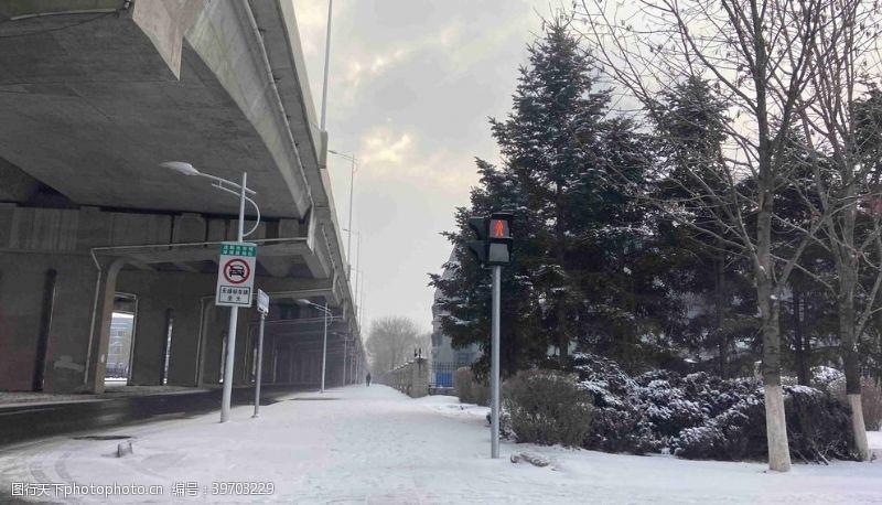 立交桥雪天的沈阳街道图片