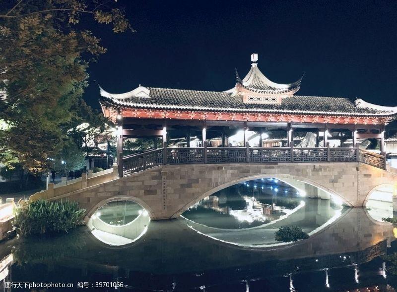 夜间廊桥拍摄图图片
