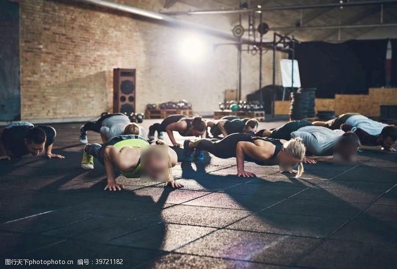 健身房健身全民健身多人运动图片