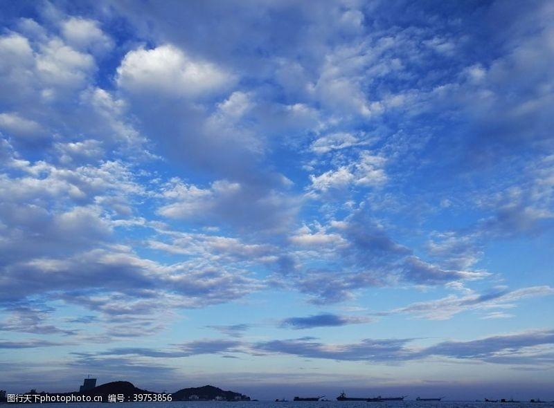 蓝天白云大海图片海报