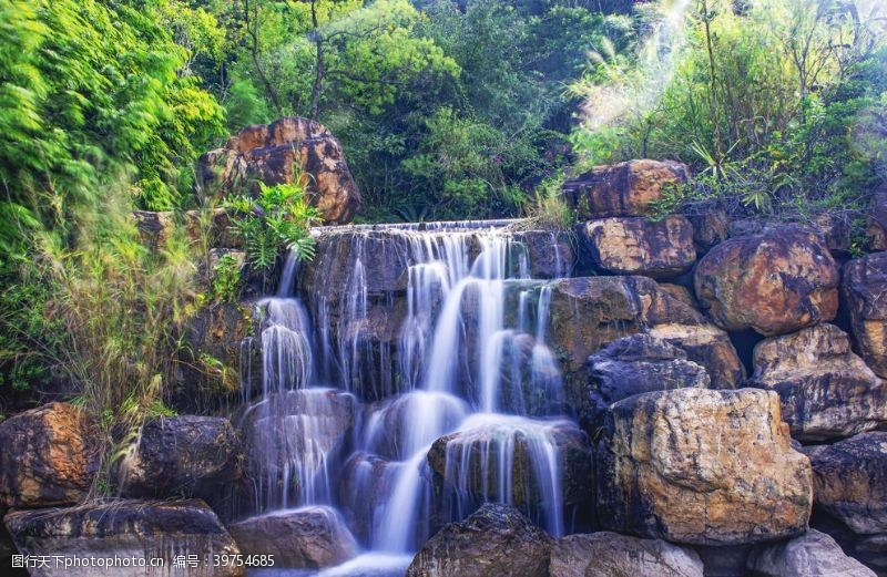 山石上流淌额瀑布图片