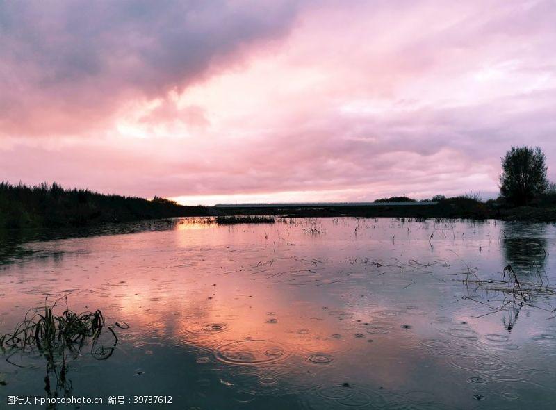 小雨雨中的河面图片