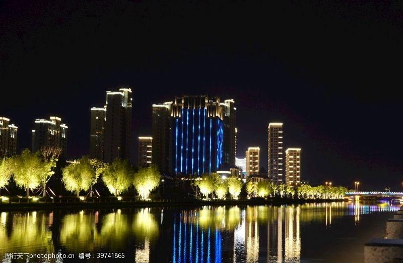 灯管宁静的湖边灯光秀图片