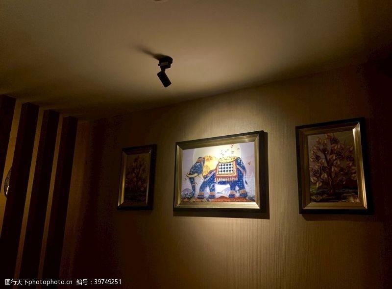 泰式按摩沙发区画墙拍摄图片