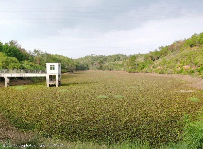爬山农村小型水库图片