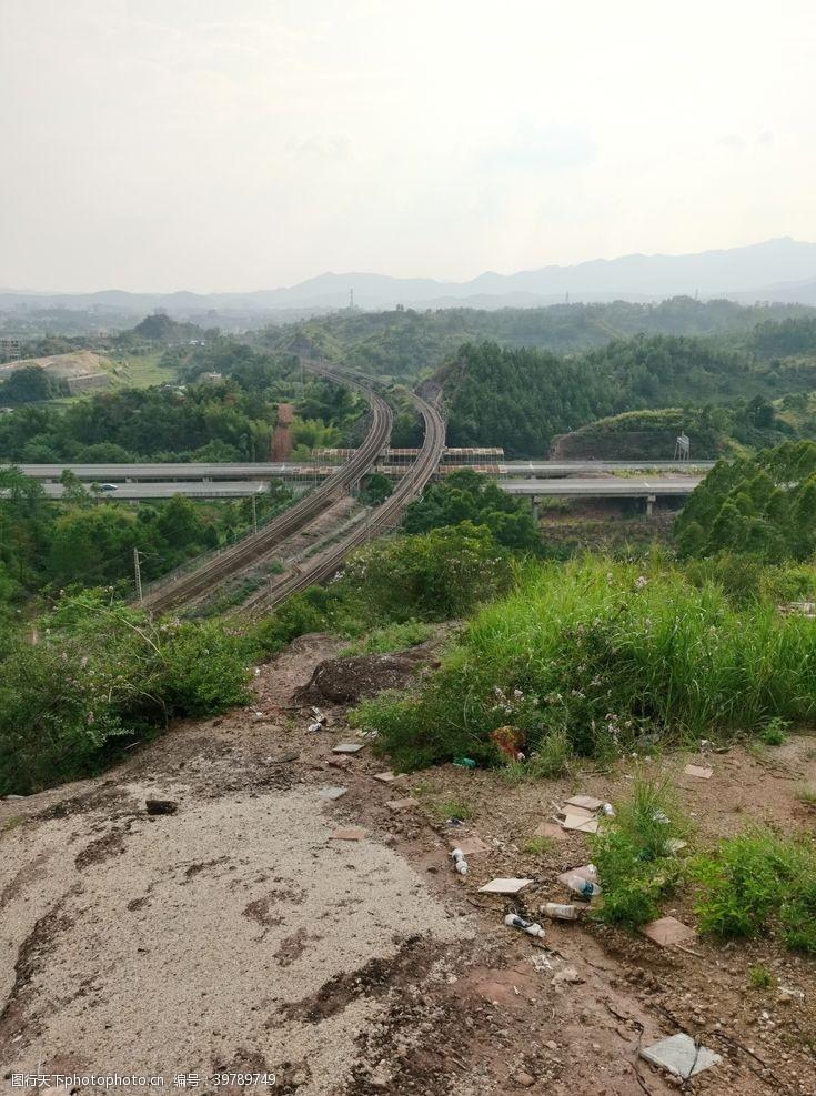 爬山山顶火车高速交汇图片