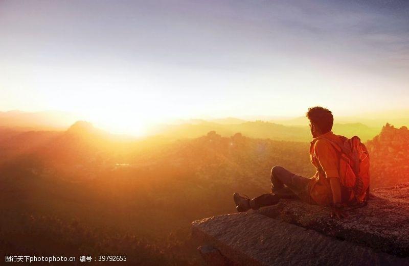 日出日落看日出的男性图片