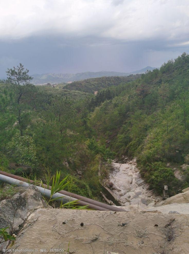 爬山野外山地丘陵图片
