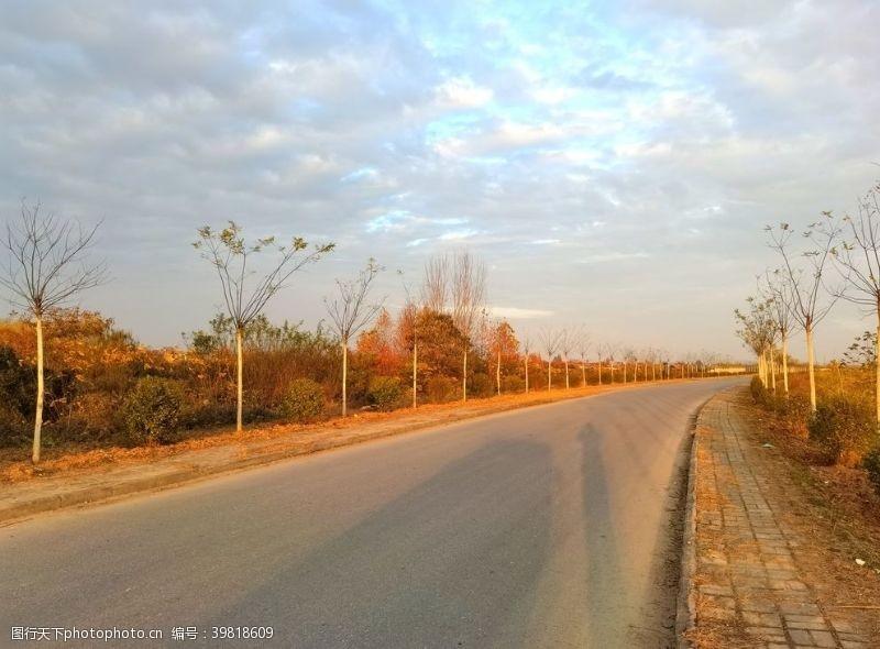 深秋空荡荡的乡村道路图片