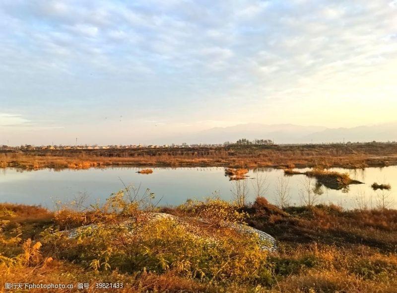 深秋日暮下的河道风景图片