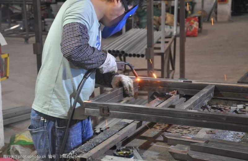 钢板烧焊车间切割钢铁加工图片