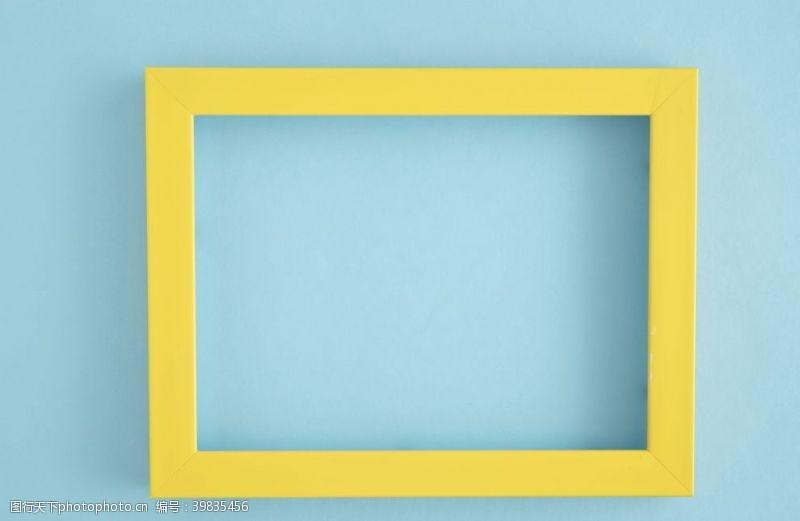 墙体黄色相框图片