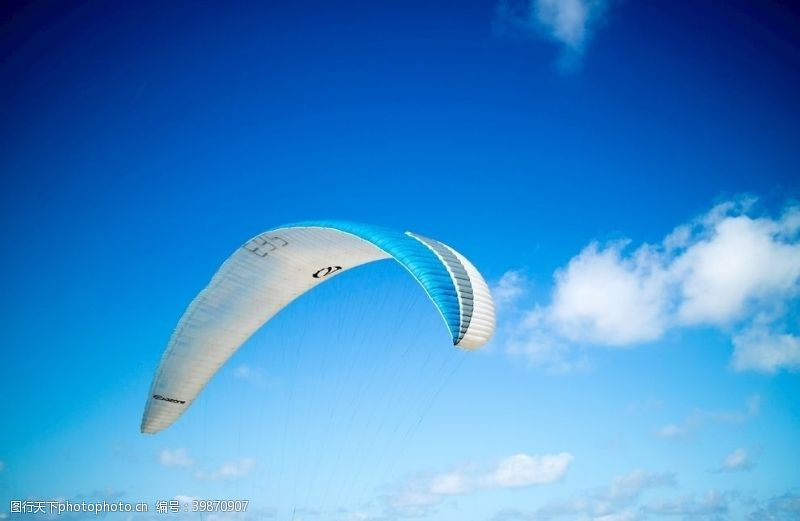 飞翔滑翔伞图片
