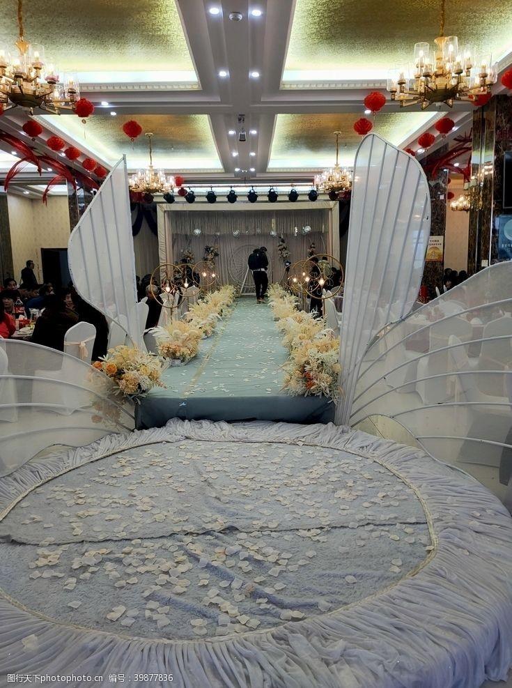 在背景中婚礼舞台图片