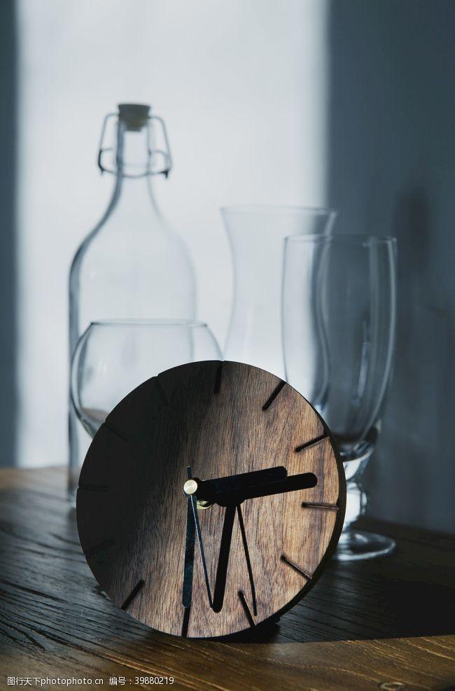 阴影木质钟上的时间停在两点三十分图片