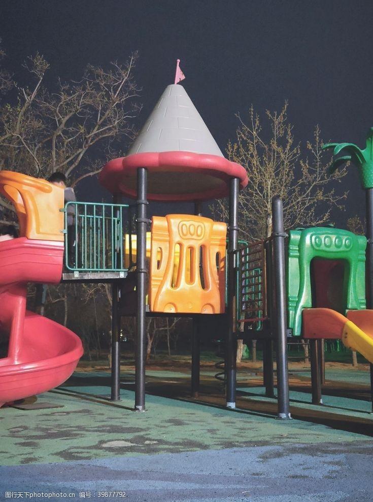 夜晚下的公园滑梯图片