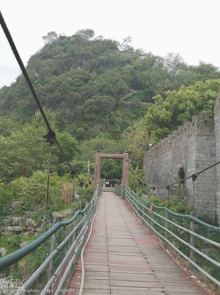 城墙漓江边的吊桥图片