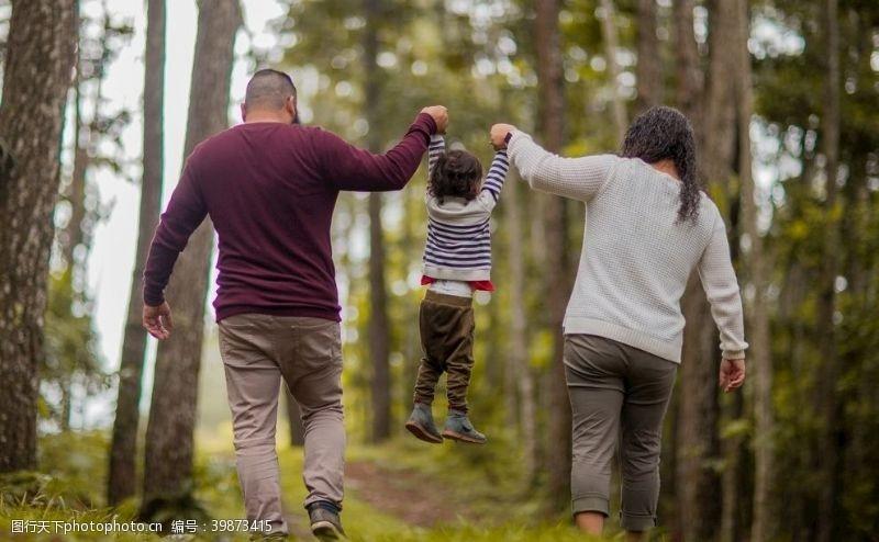 草地旅行的一家人图片