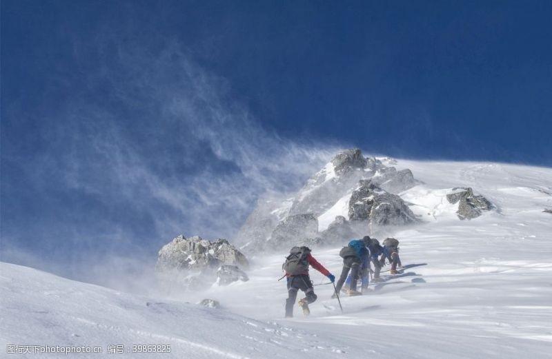 登山者攀登雪山图片