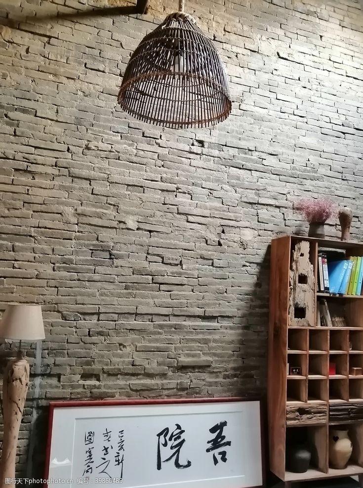 台灯墙边老柜子图片