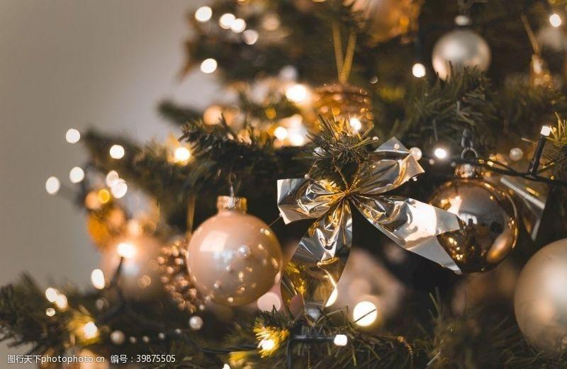 庆祝圣诞树装饰场景图片